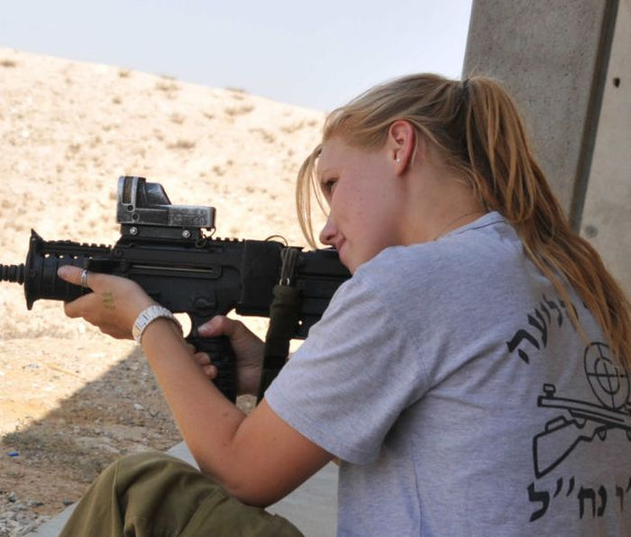 Красивые девушки-военнослужащие из разных армий мира