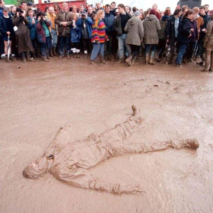 Любители порезвиться в грязи на фестивале Гластонбери