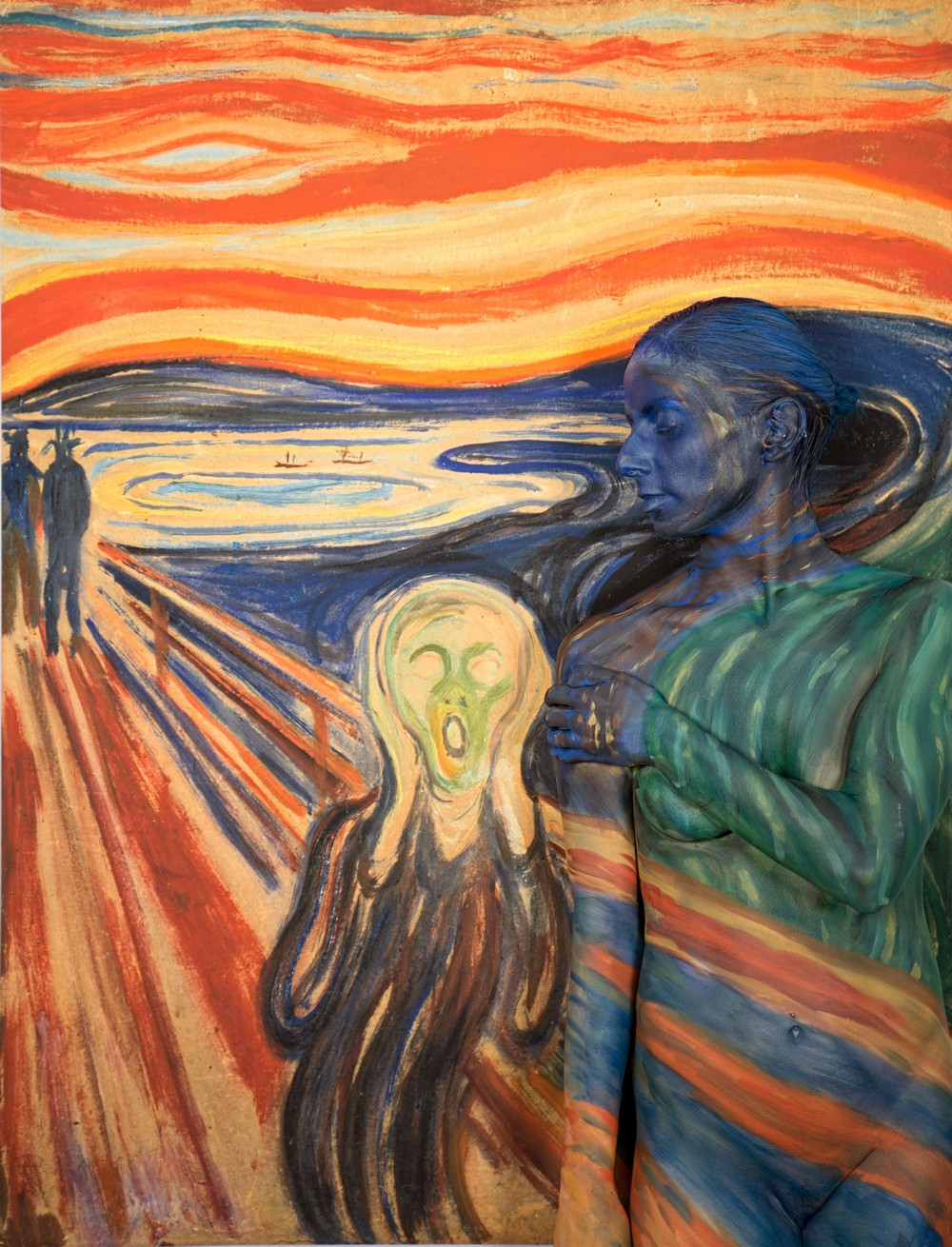 Обнаженные тела на фоне дорогих произведений искусства