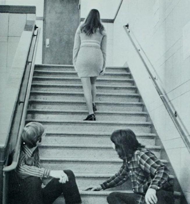 Мужчины глазеют на понравившихся им девушек