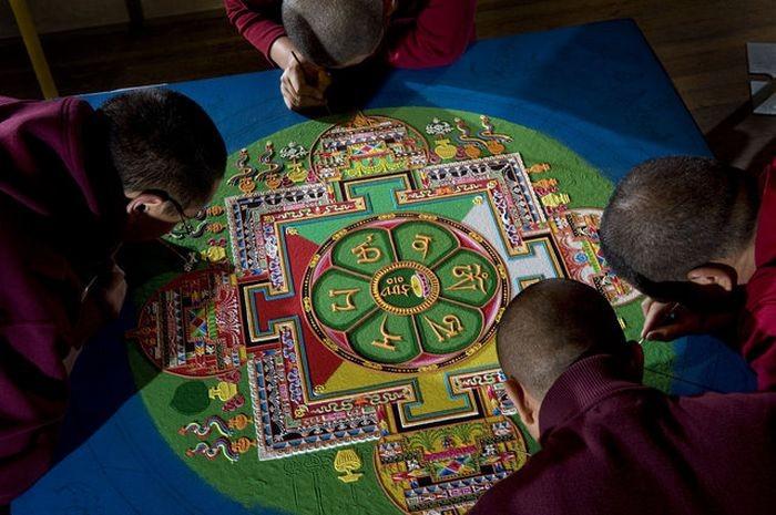Монахи рисуют песком