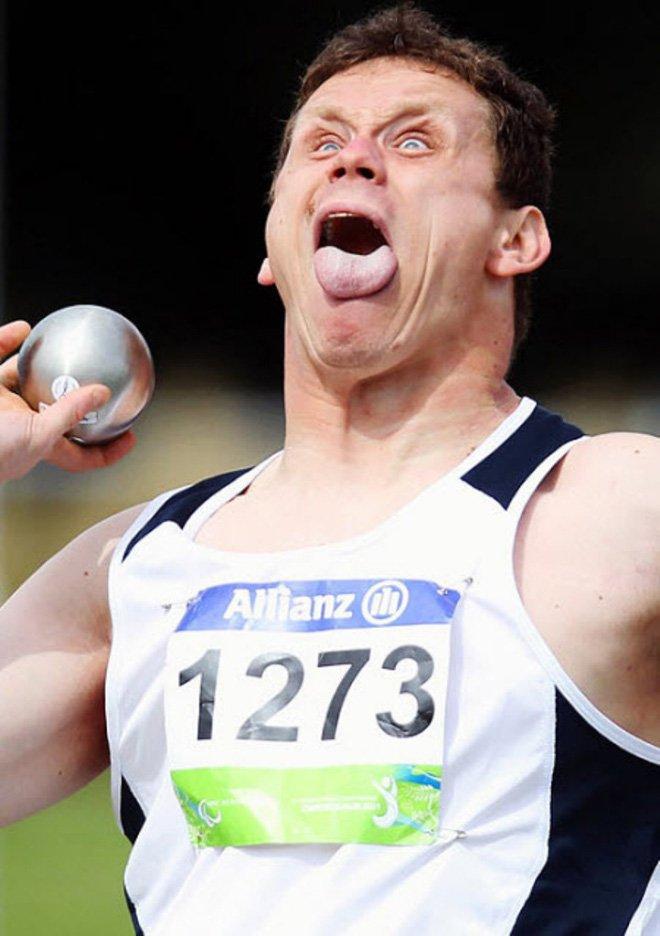 Забавные лица спортсменов во время толкания ядра