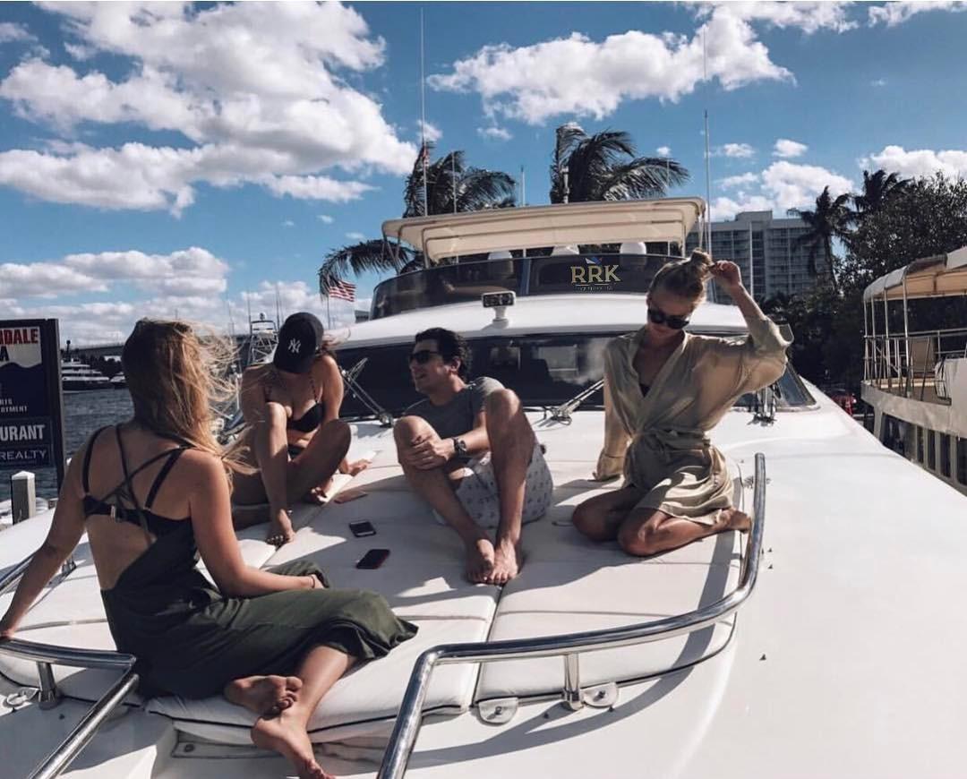русская молодеж развлекается дома