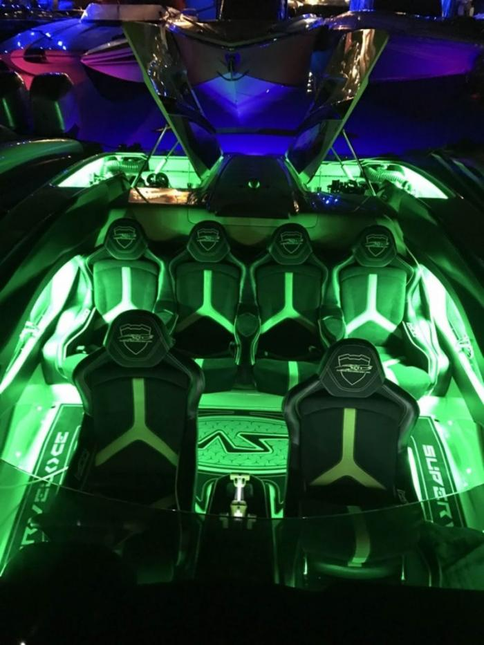 Скоростной катер в стиле Lamborghini Aventador SV в комплекте с суперкаром