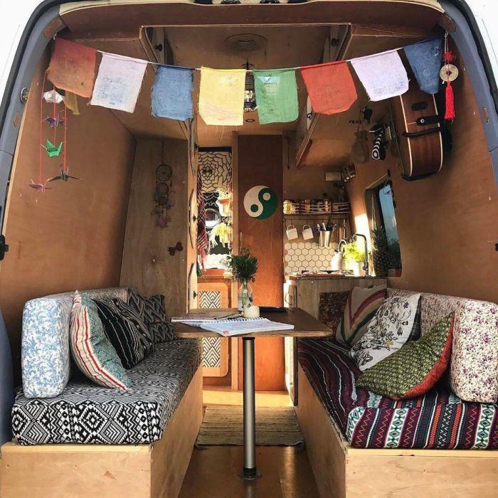 Девушка путешествует в фургоне