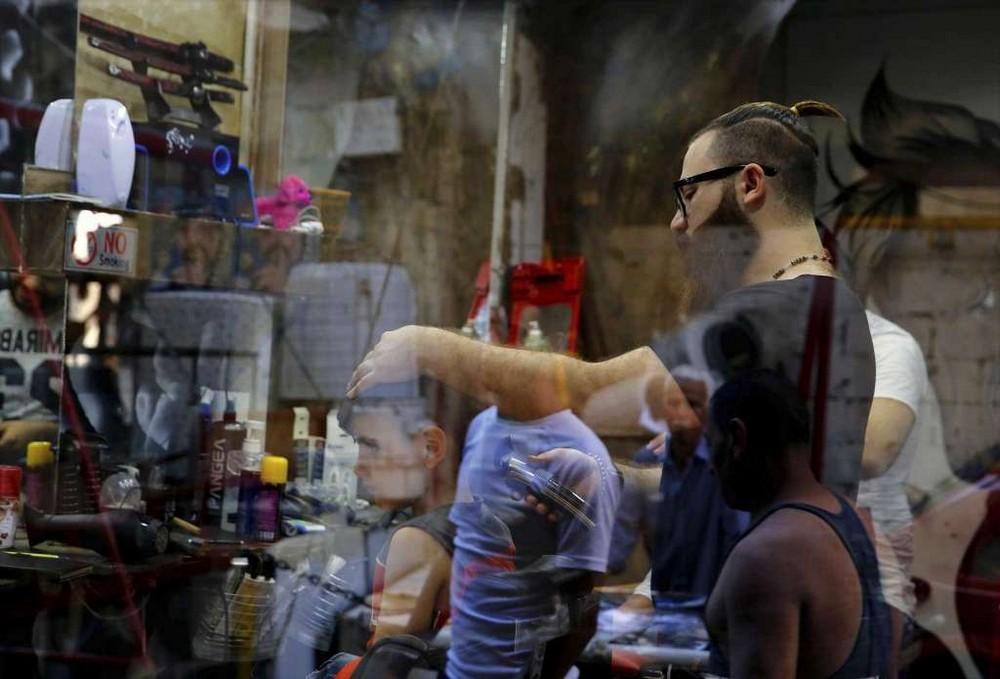 Сирийский парикмахер создает необычные портреты на головах своих клиентов