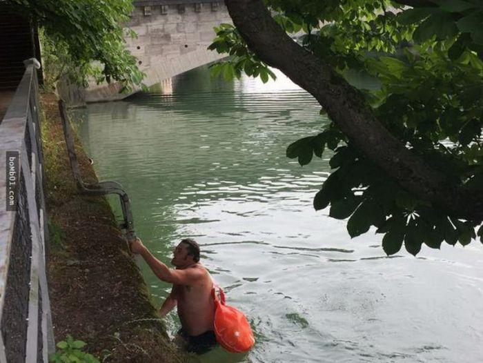 Житель Мюнхена добирается на работу вплавь, чтобы избежать пробок