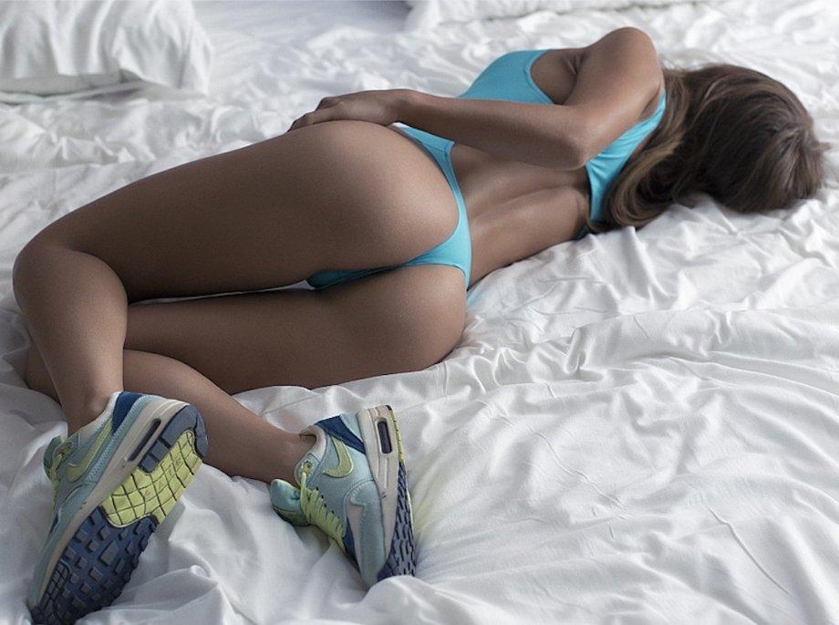Sensual bondage fun with amazing brunette