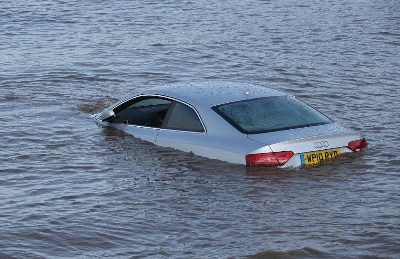 Прилив беспощаден: не оставляйте автомобиль на берегу моря