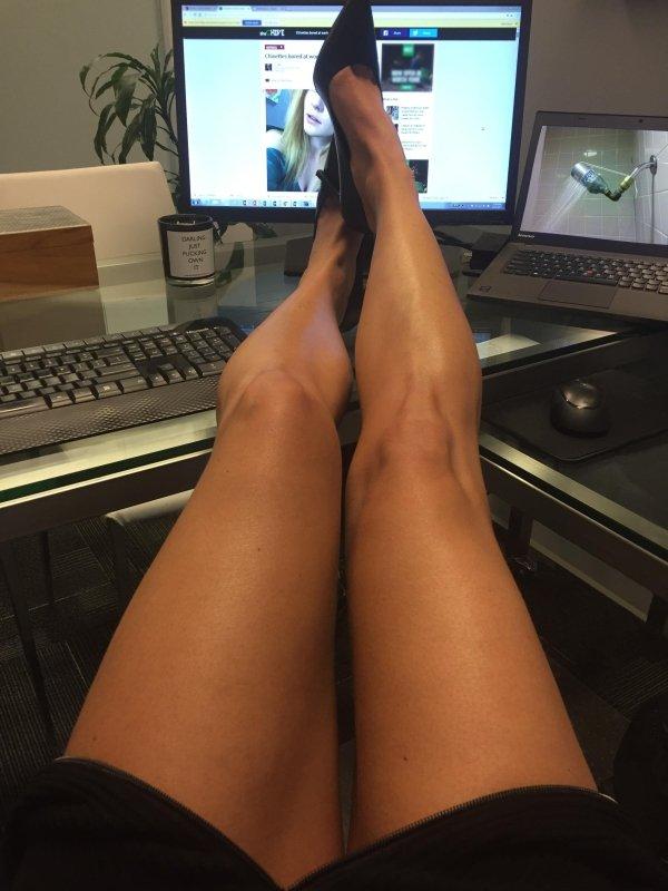 Сексуальные девушки скучают на работе