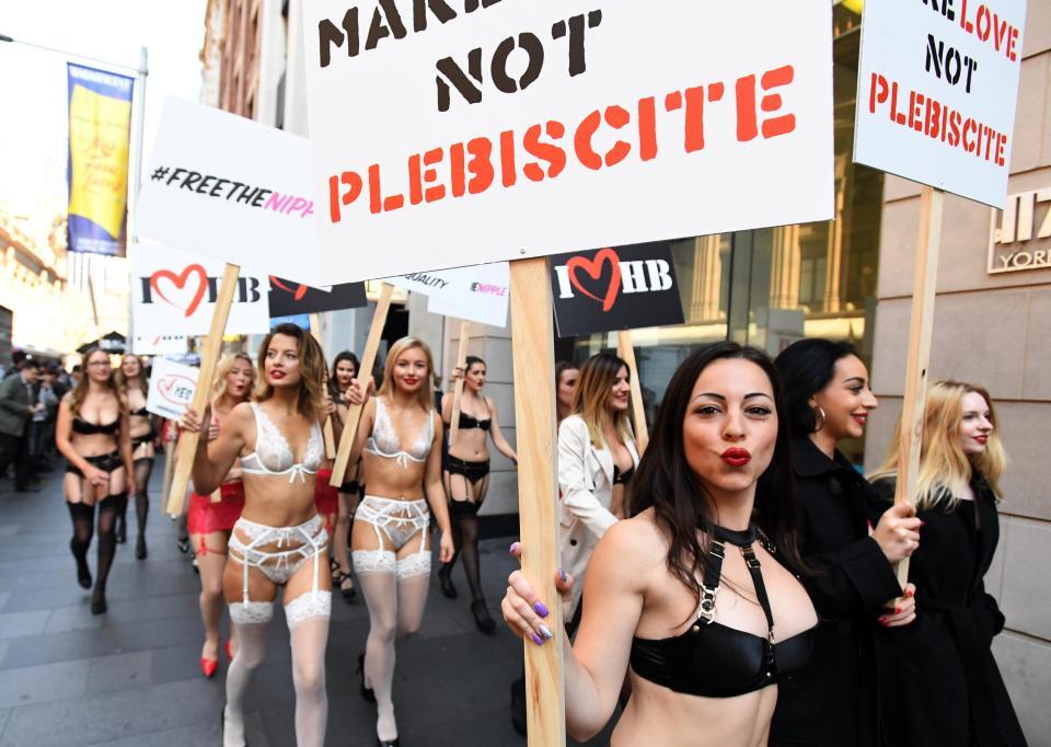 Австралийские девушки в белье призывают голосовать за однополые браки