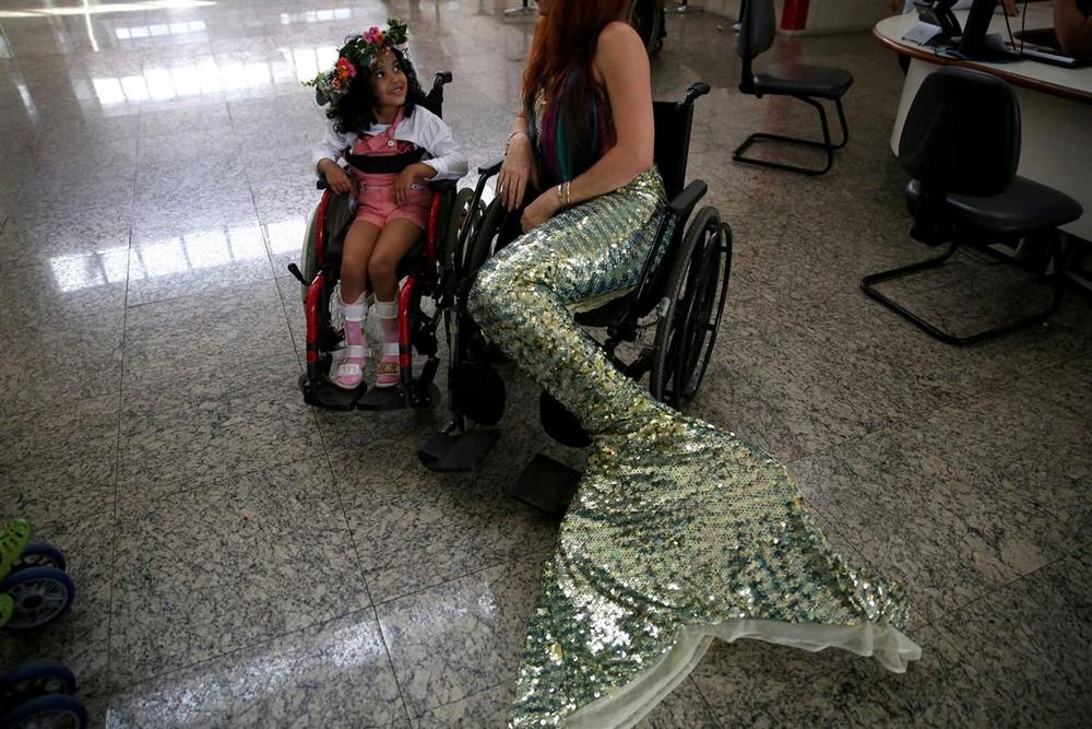 Бразильские русалки занимаются благотворительностью
