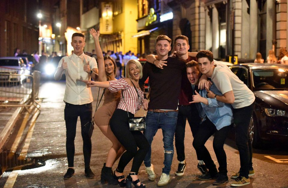 Британская молодежь отметила результаты экзаменов