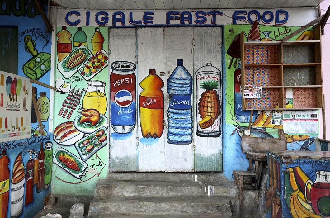 Яркие рекламные фасады зданий в Сомали