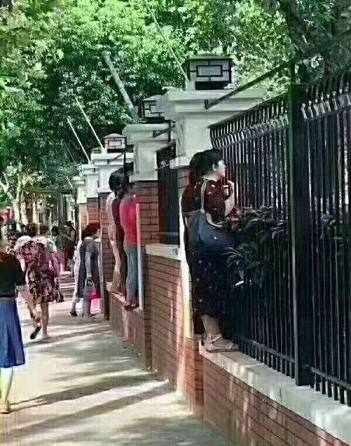 Родители в первый день детей в детском саду