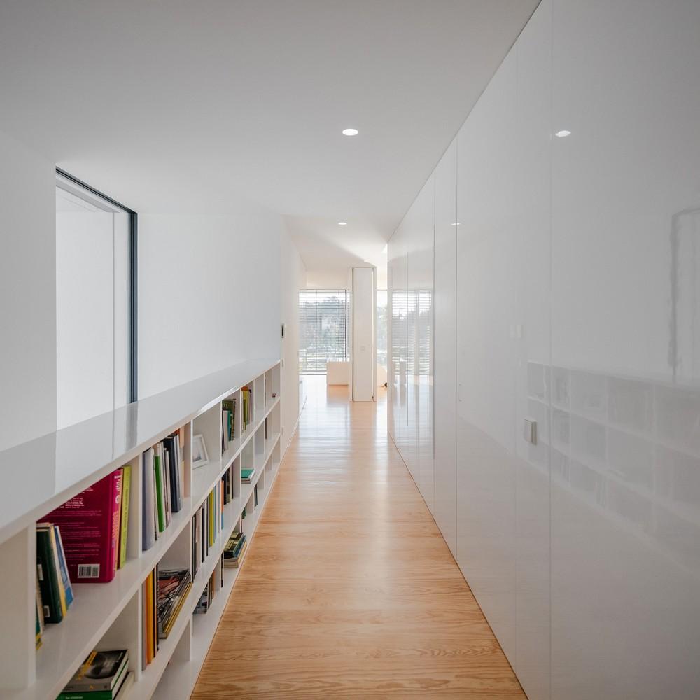 Современный двухэтажный дом в Португалии
