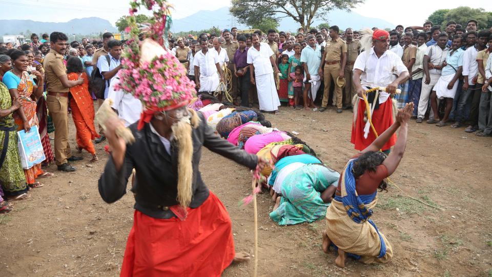 Индийских женщин и девочек избивают хлыстом, избавляя от злых духов и недугов