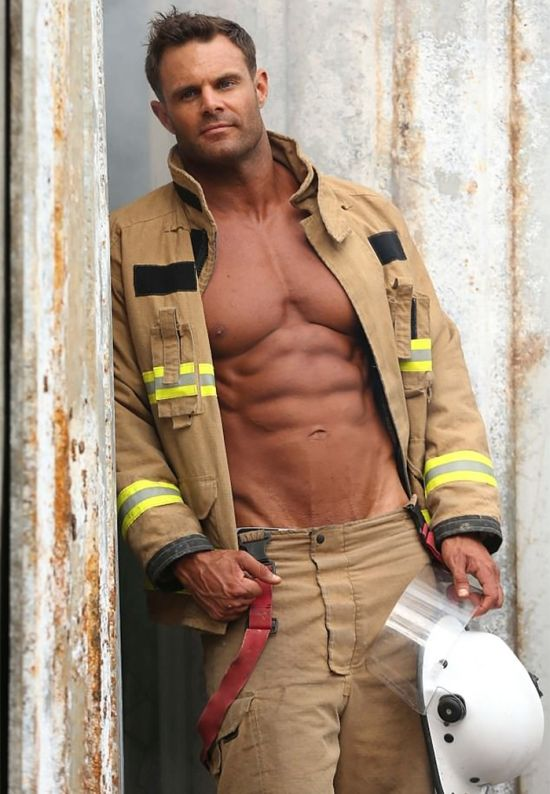 Австралийские пожарные в горячей фотосессии для календаря