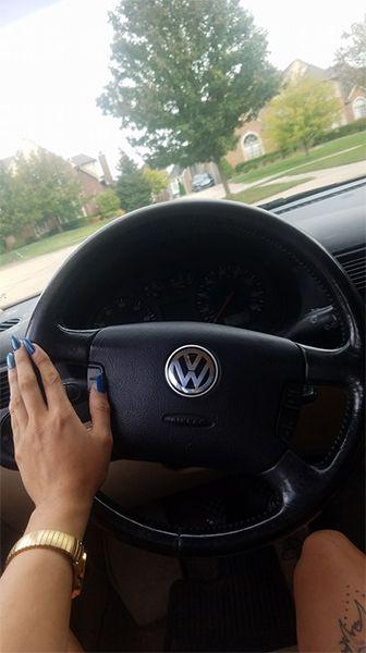 Девушка обменяла пакетик соуса на авто Volkswagen 2004 года