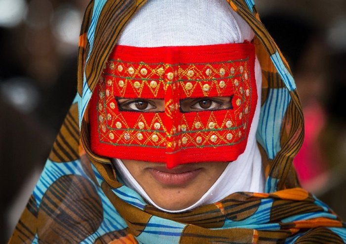 Для чего иранским женщинам усатые маски