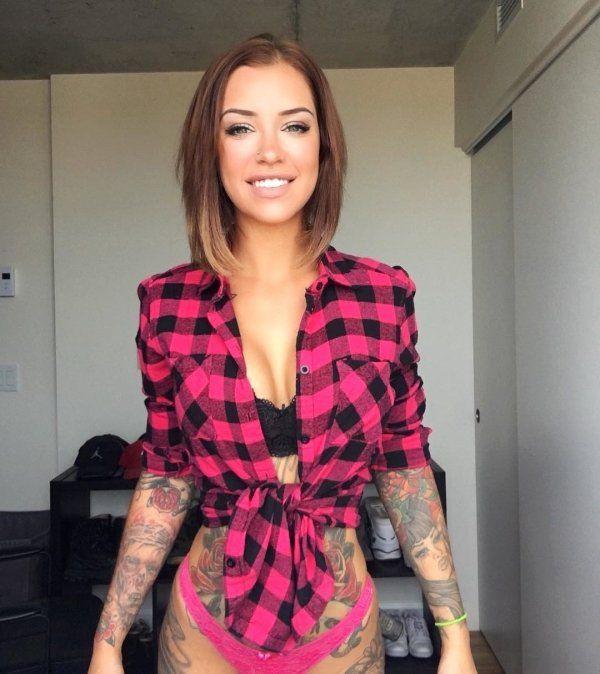 Красивые девушки в клетчатых рубашках