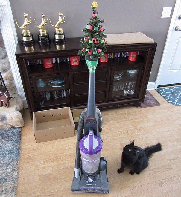 Защита новогодних ёлок от домашних животных