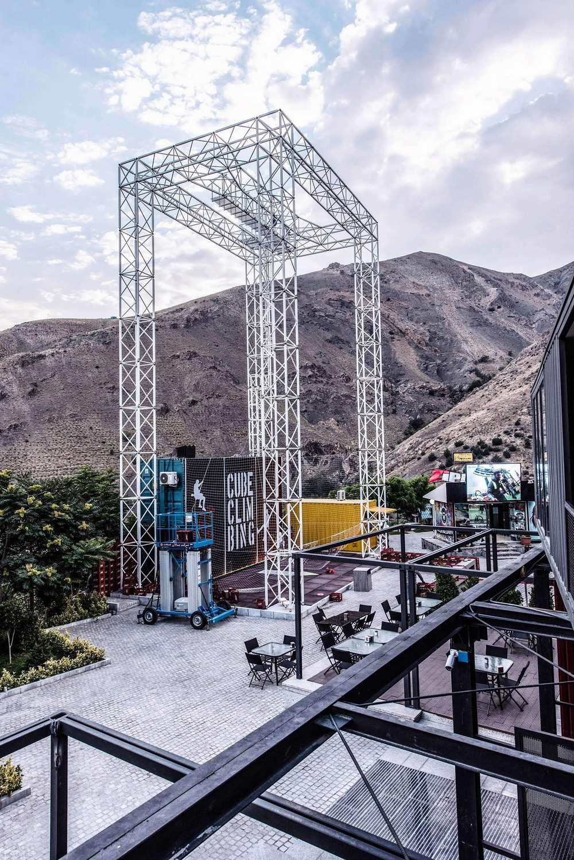 Развлекательный клуб из морских контейнеров в столице Ирана
