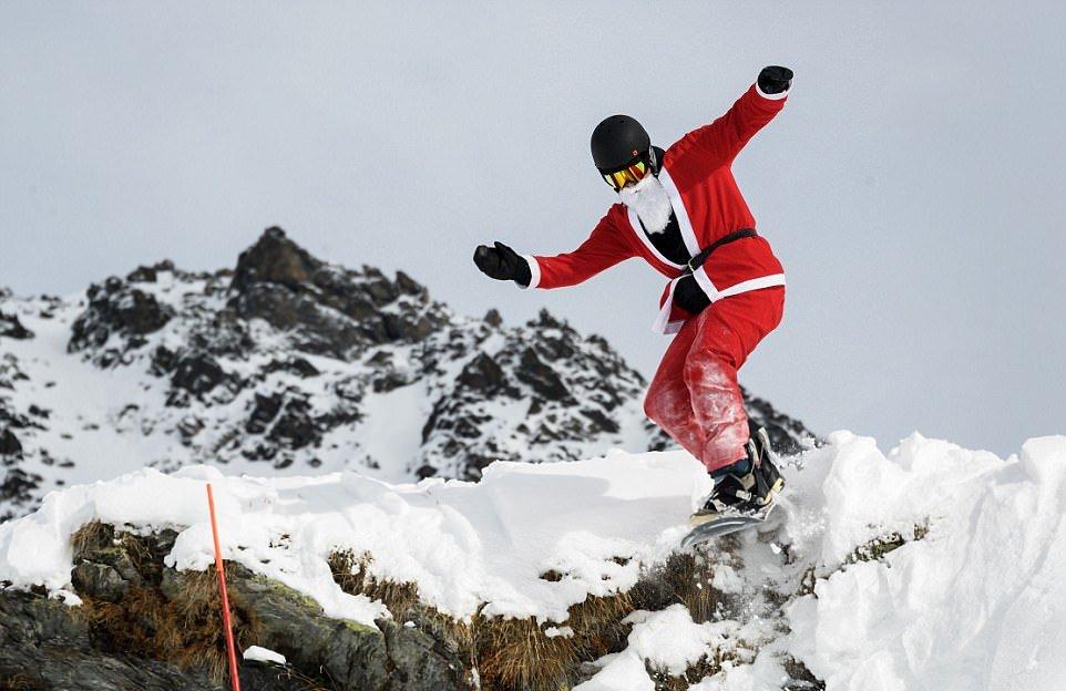 Более 2600 Санта-Клаусов открыли горнолыжный сезон в Альпах