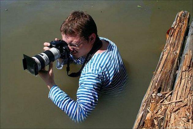 Фотографы в смешных позах за работой
