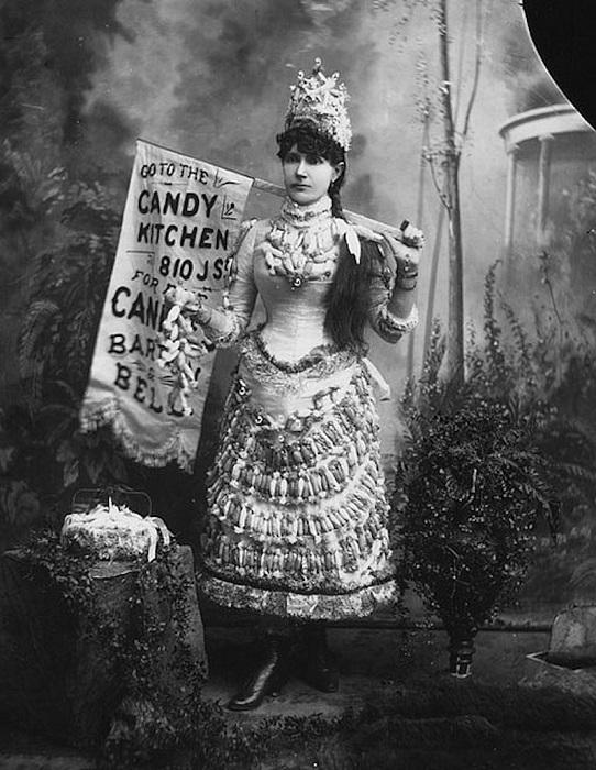 Женщины-баннеры с рекламой на платьях