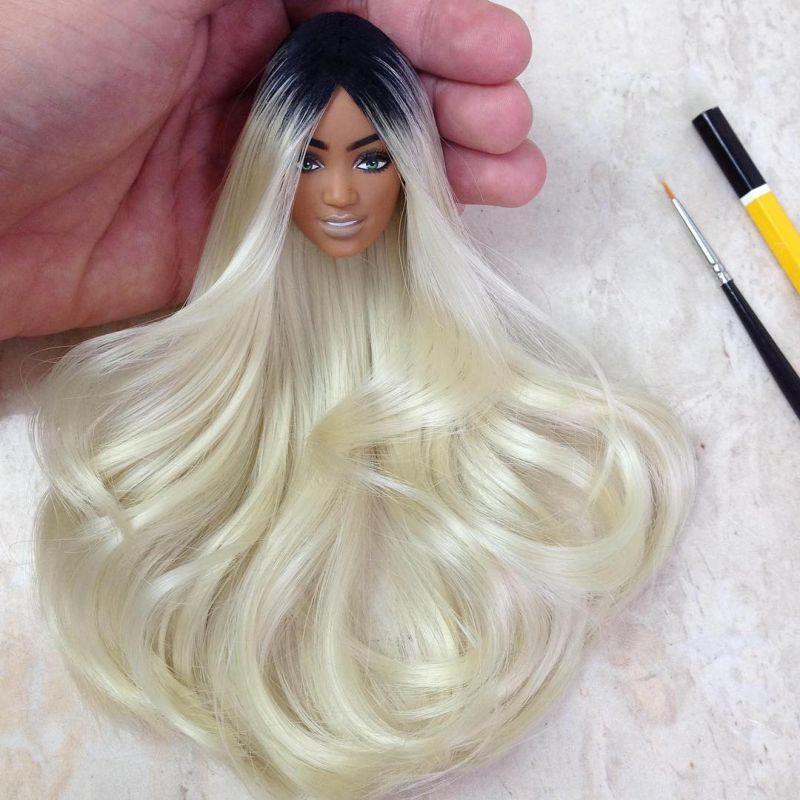 Бразильский художник дарит старым куклам прически и макияж