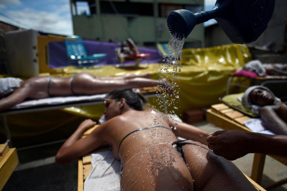Бразильянки создают идеальные линии от бикини после загара