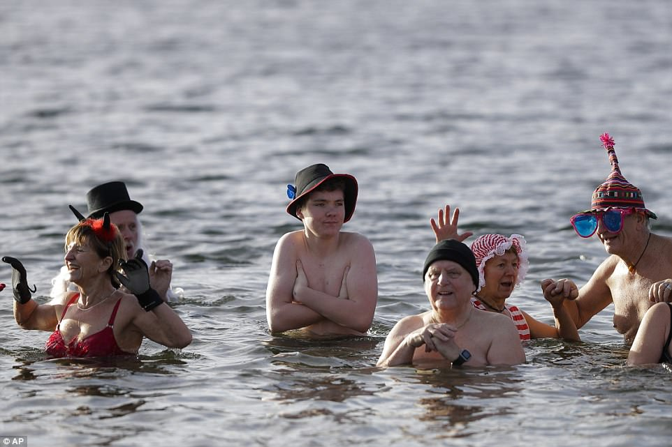 Новогодние купания в разных странах мира