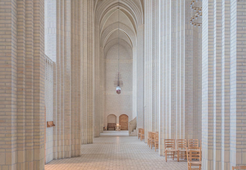 Фотографии величественной церкви в стиле экспрессионизма