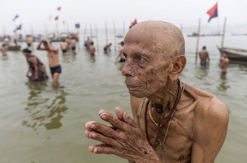 Голый монах развлекает прохожих, таская членом грузовик