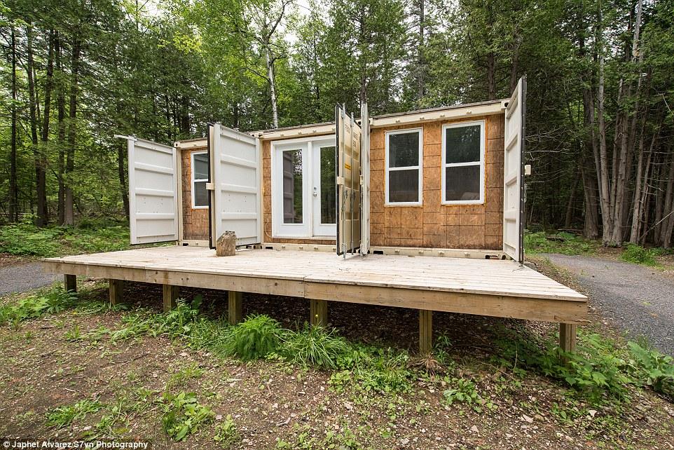 Канадец построил дом из контейнеров