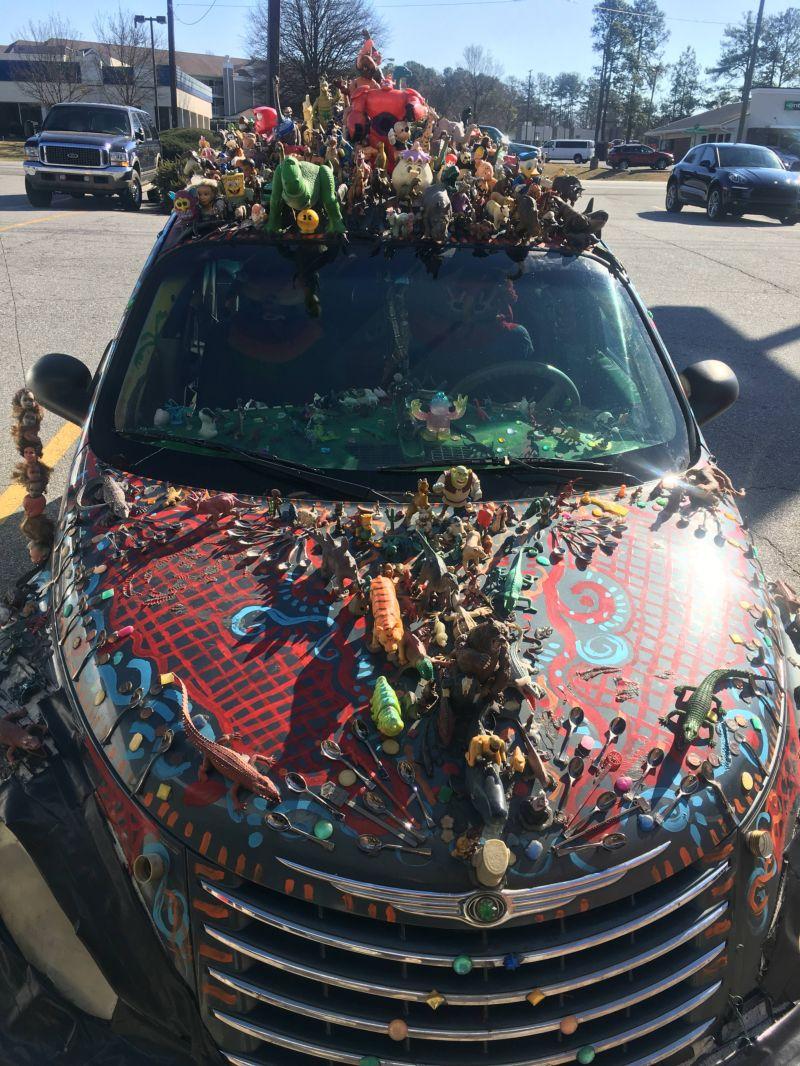 Водитель не может расстаться с детскими игрушками