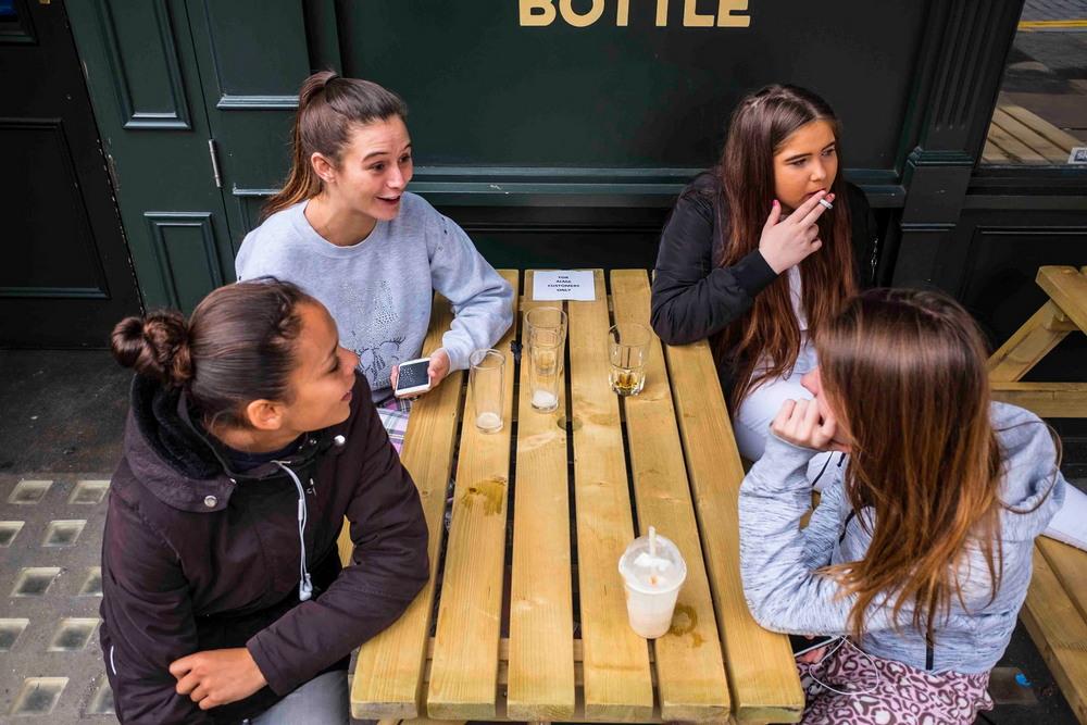 Снимки постоянных посетителей лондонских пабов