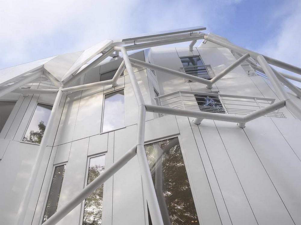 Связанный белый дом в Париже