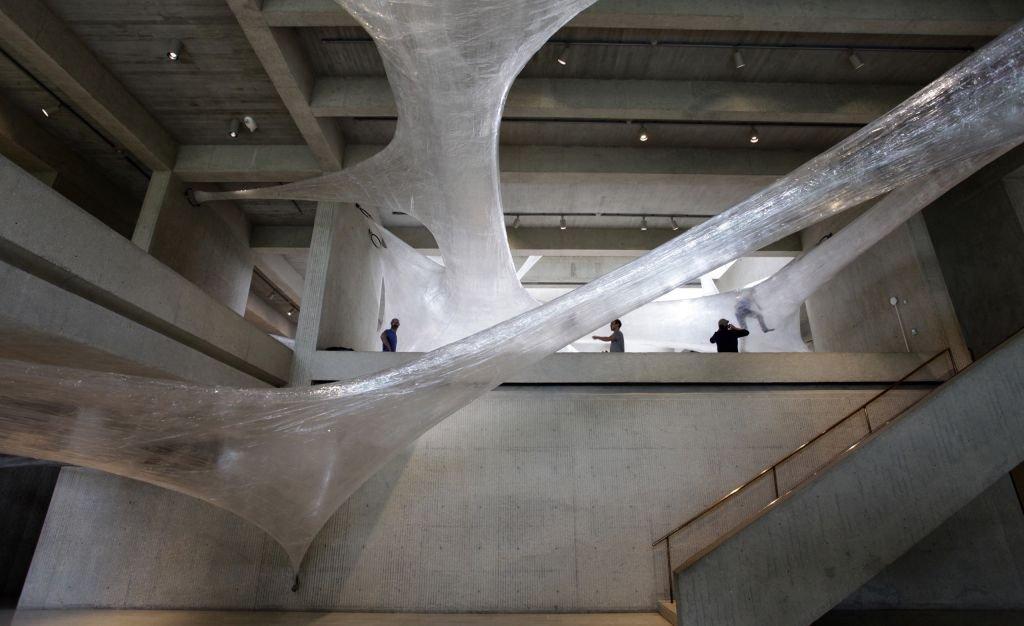 Скульптура из упаковочной ленты, внутри которой можно ползать