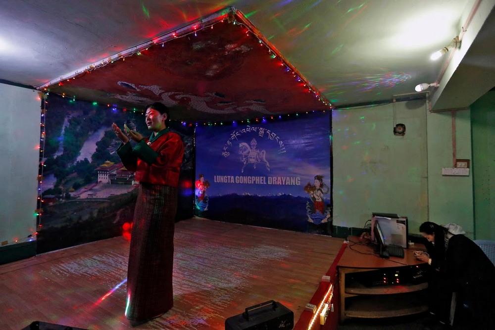 Танцевальные клубы, джинсы и мобильники в Бутане