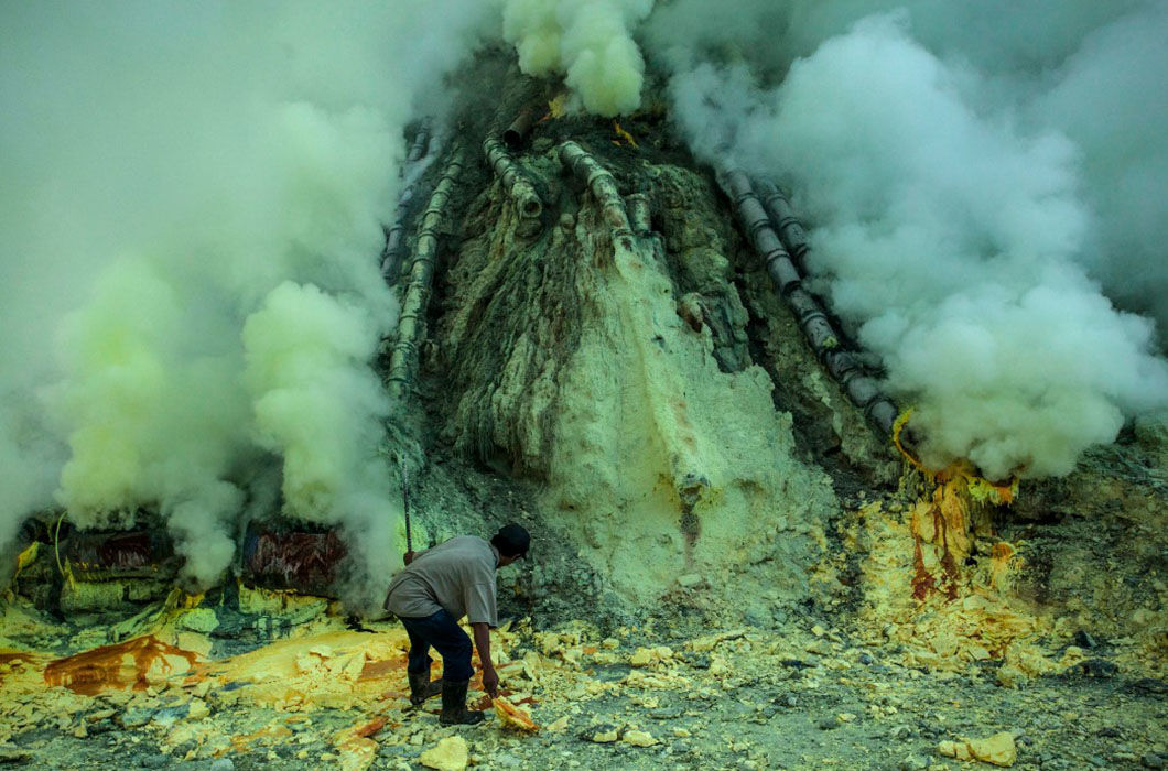 Как добывают серу в кратере вулкана Иджен