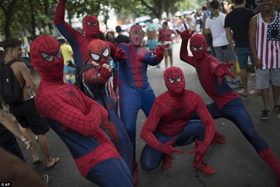 Бразильцы раздеваются на репетиции карнавала