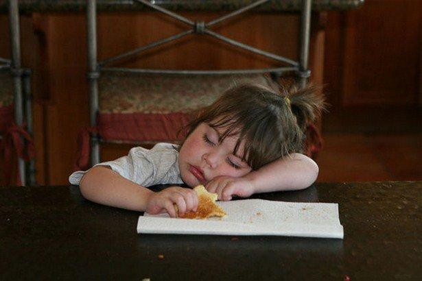 Дети, уснувшие во время еды