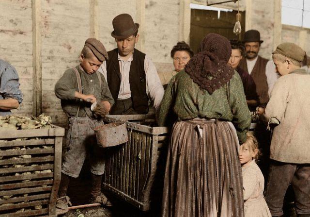 Дети-рабочие на раскрашенных снимках Льюиса Хайна