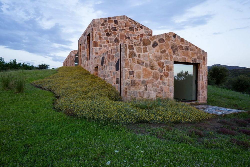 Небольшой каменный дом на берегу в Италии