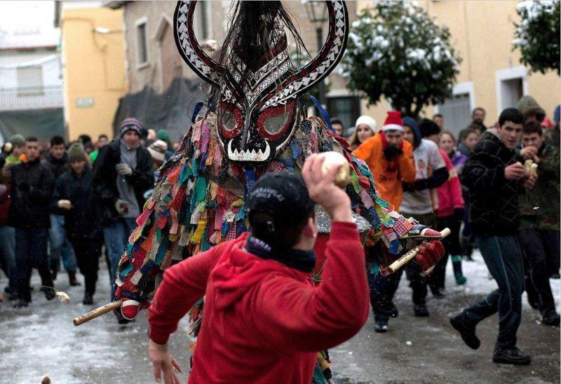 Ежегодное избиение дьявола репой в Испании