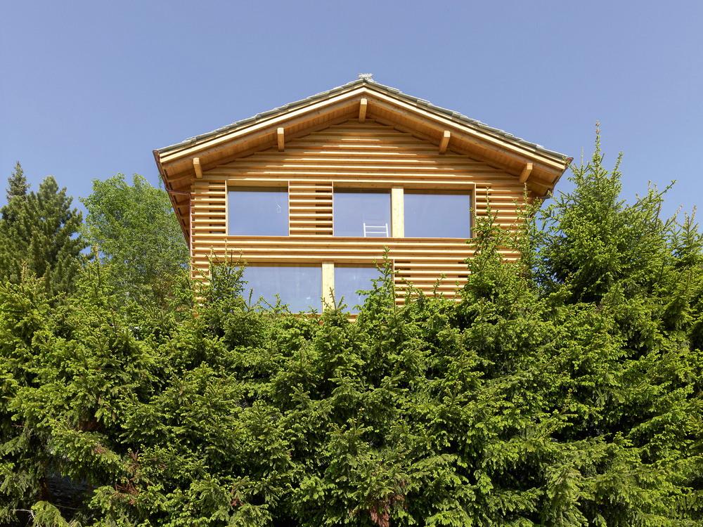 Трёхэтажный дом на живописном склоне в Швейцарии
