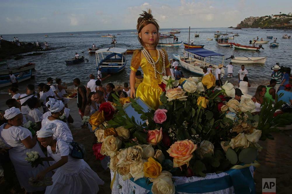 Бразильцы вручили подношения богине моря