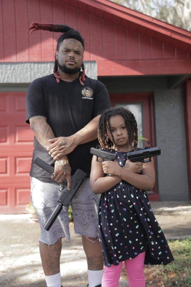 Отец учит детей как заработать на криптовалюте и обращаться с оружием